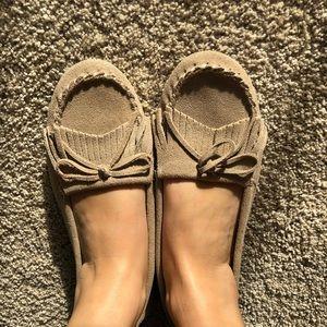 Minnetonka Women's tan leather moccasins size 9